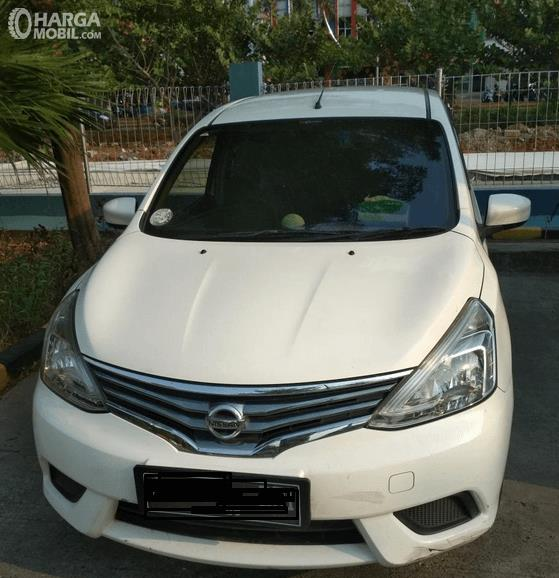 Gambar ini menunjukkan Nissan Grand Livina tipe SV warna putih tampak depan