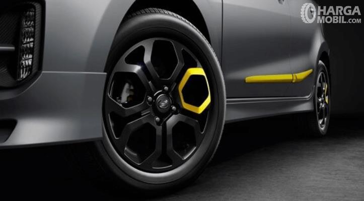 Gambar ini menunjukkan velg mobil Datsun Go dengan bodi warna silver dan sedikit warna kuning