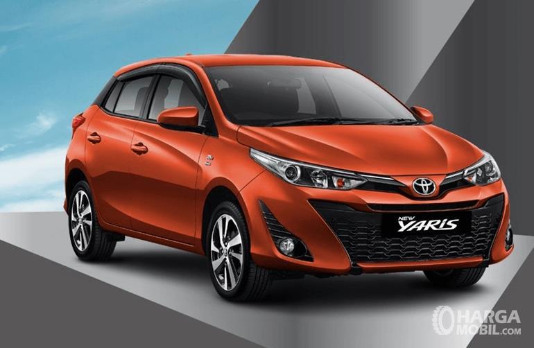 Gambar ini menunjukkan Toyota yaris Tipe G tampak bagian depan dan samping kanan