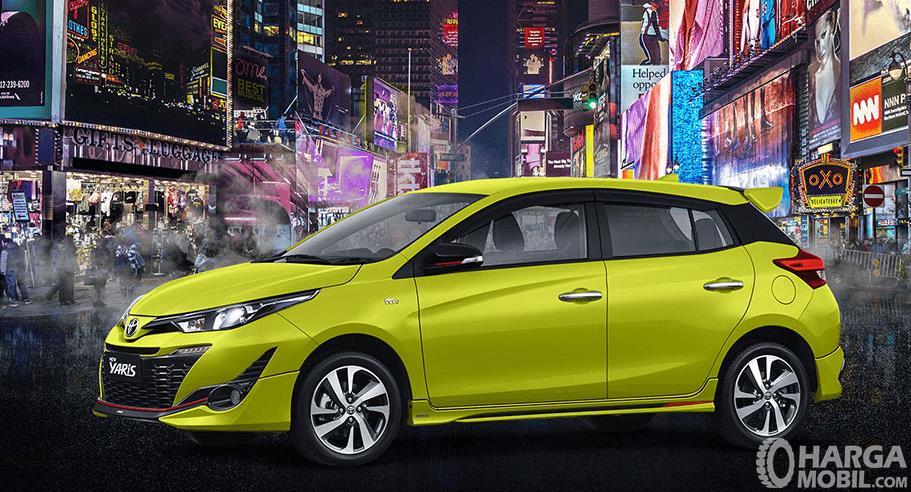 Gambar ini menunjukkan Toyota Yaris TRD Sportivo warna kuning tampak bagian samping