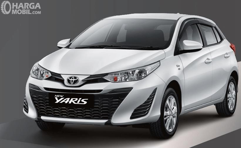 Gambar ini menunjukkan Mobil Toyota Yaris Tipe E tampak bagian depan