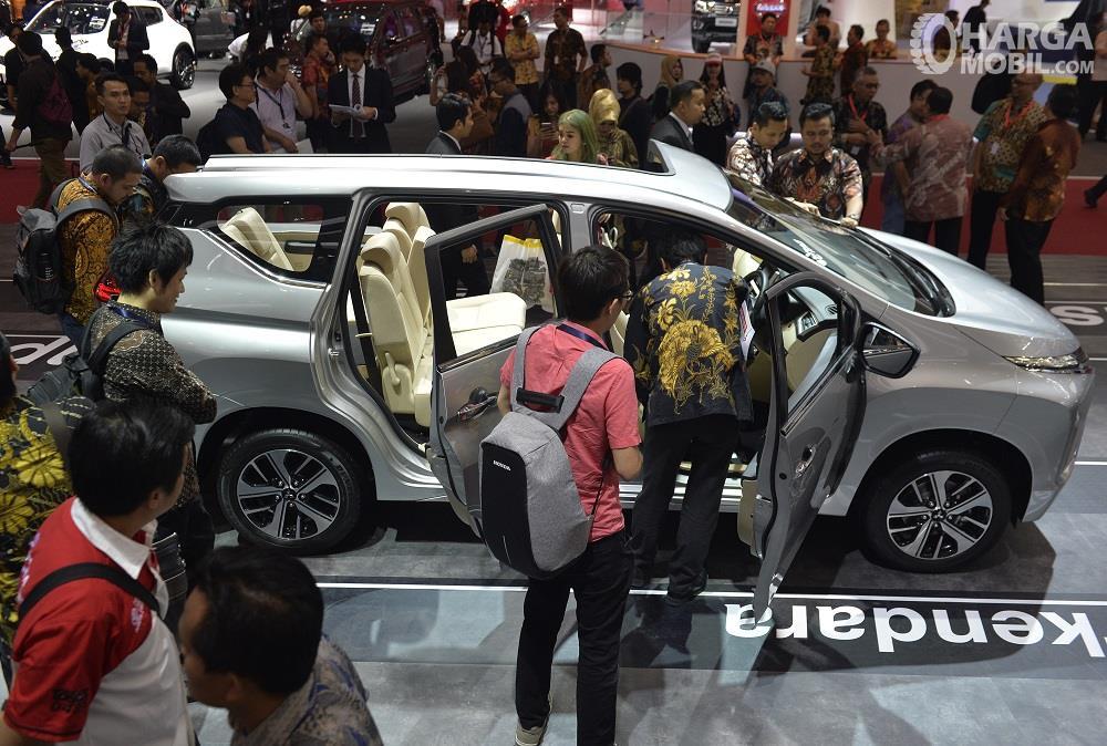 Foto kerumunan pengunjung GIIAS 2017 di booth Mitsubishi Xpander