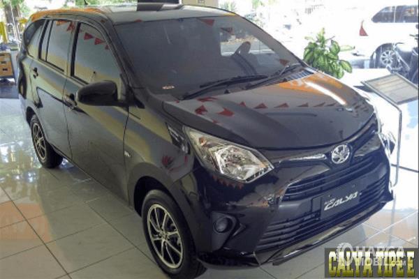 Gambar ini menunjukkan Toyota Calya tipe E warna hitam tampak bagian depan