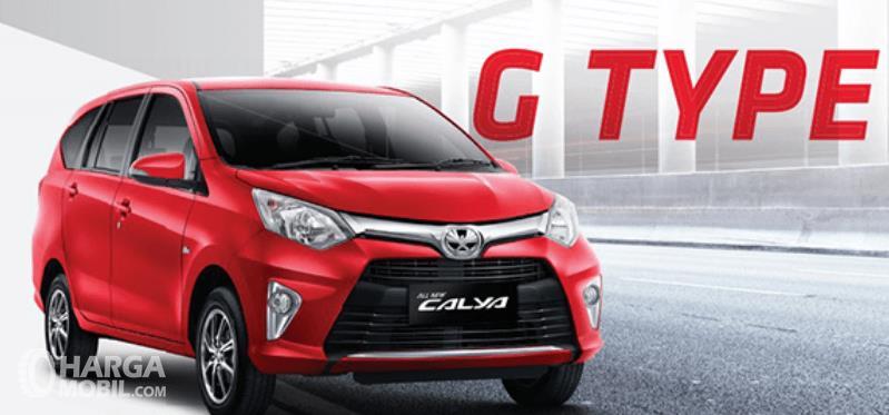 Gambar ini menunjukkan mobil Toyota Calya tipe G warna merah tampak depan