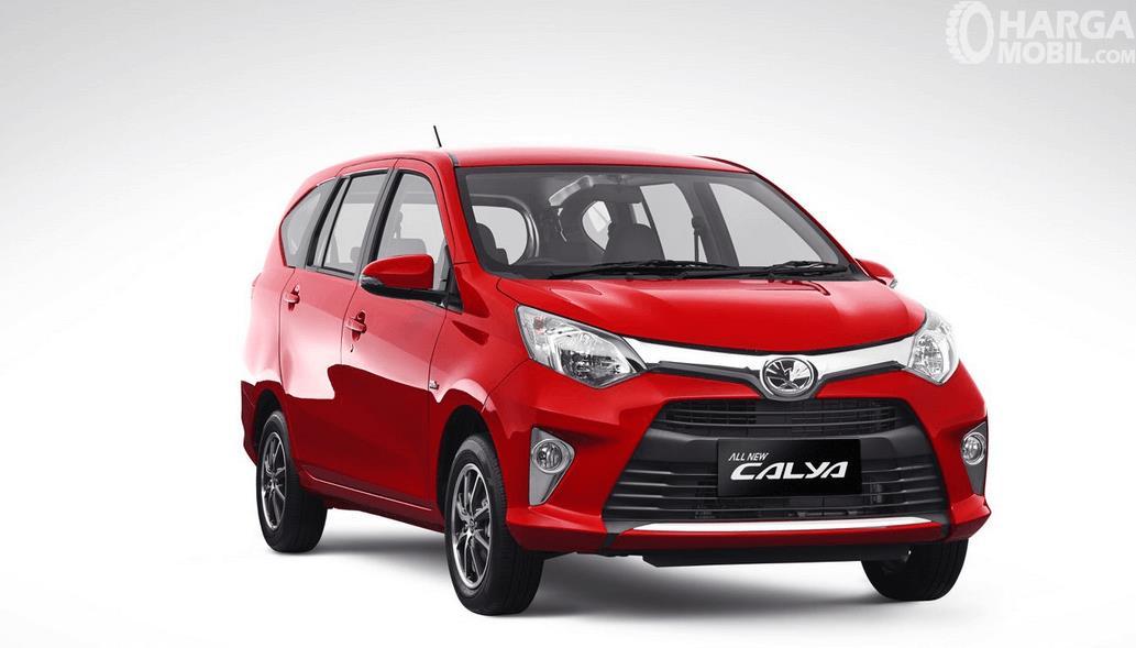 Gambar ini menunjukkan Toyota Calya warna merah tampak bagian depan dengan desain sporty