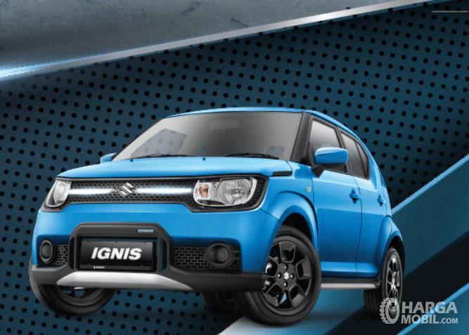 Gambar ini menunjukkan Mobil Suzuki Ignis tipe GL warna biru tampak depan dan samping kiri