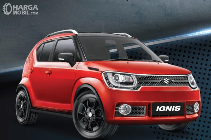 Gambar ini menunjukkan mobil Suzuki Ignis tipe GX warna merah tampak bagian depan dan samping kanan
