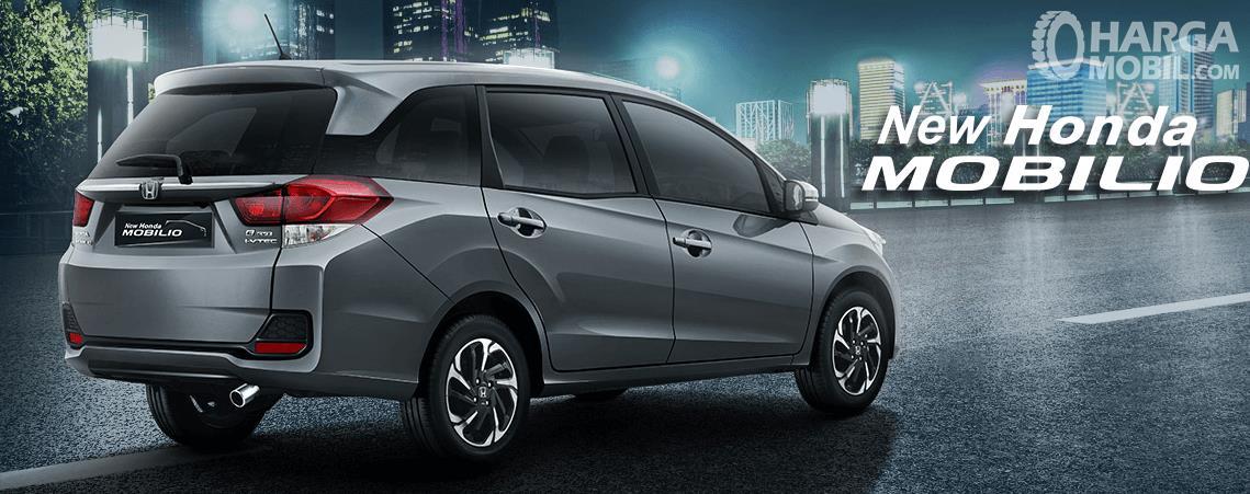 Gambar ini menunjukkan New Mobil Honda Mobilio warna silver sedang berada di jalanan