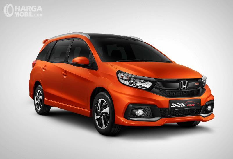 Gambar ini menunjukkan Honda Mobilio tipe RS warna orange tampak depan dan samping kanan
