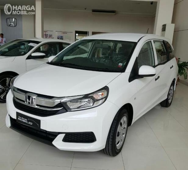 Gambar ini menunjukkan Mobil Honda Mobilio warna putih dan disampingnya ada mobil lain