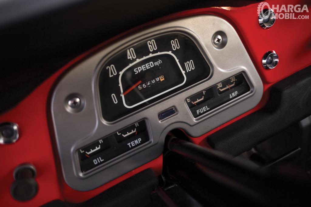 Fitur hiburan Toyota Hardtop 1960 tidak menonjol dari terbilang membosankan ketika berada dalam kabinnya khususnya dari segi penumpang