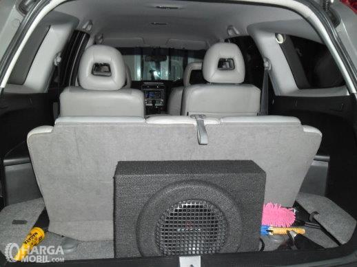 Ruang bagasi Honda Stream 2002 terbilang kurang akomodatif untuk mobil keluarga