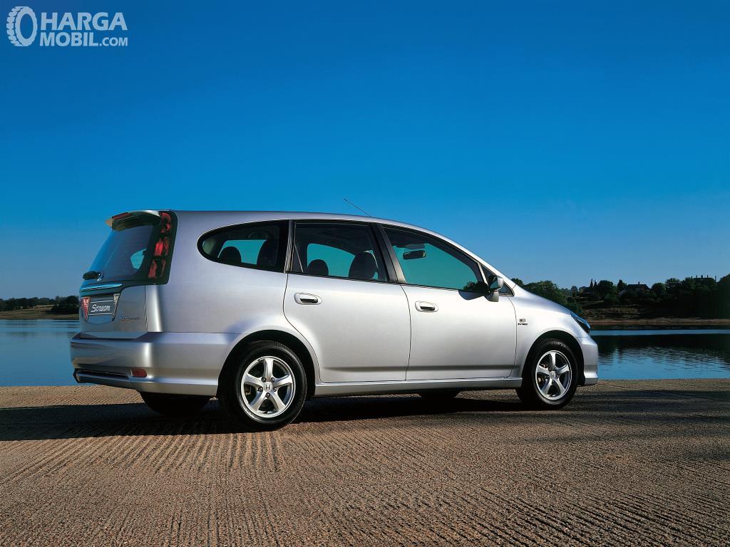 Eksterior belakang Honda Stream 2002 hadirkan fitur Rear Spoiler khususnya pada varian 2.0 Liter