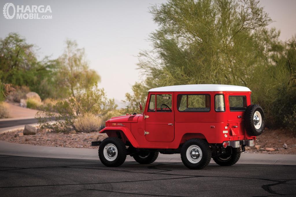 Eksterior belakang Toyota Hardtop 1960 terlihat ikonik dengan pengunaan ban cadangan yang digantung pada pintunya