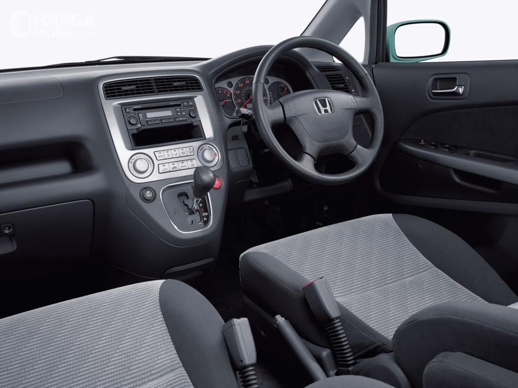 Dashboard Honda Stream 2002 dihias apik dengan warna Silver dan nampak ergonomis bagi pengendara