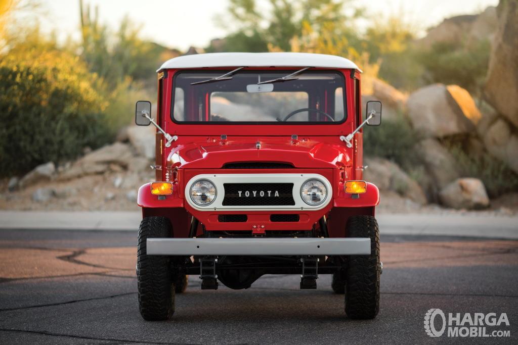 Eksterior depan Toyota Hardtop 1960 menggunakan dimensi Bonnet yang panjang