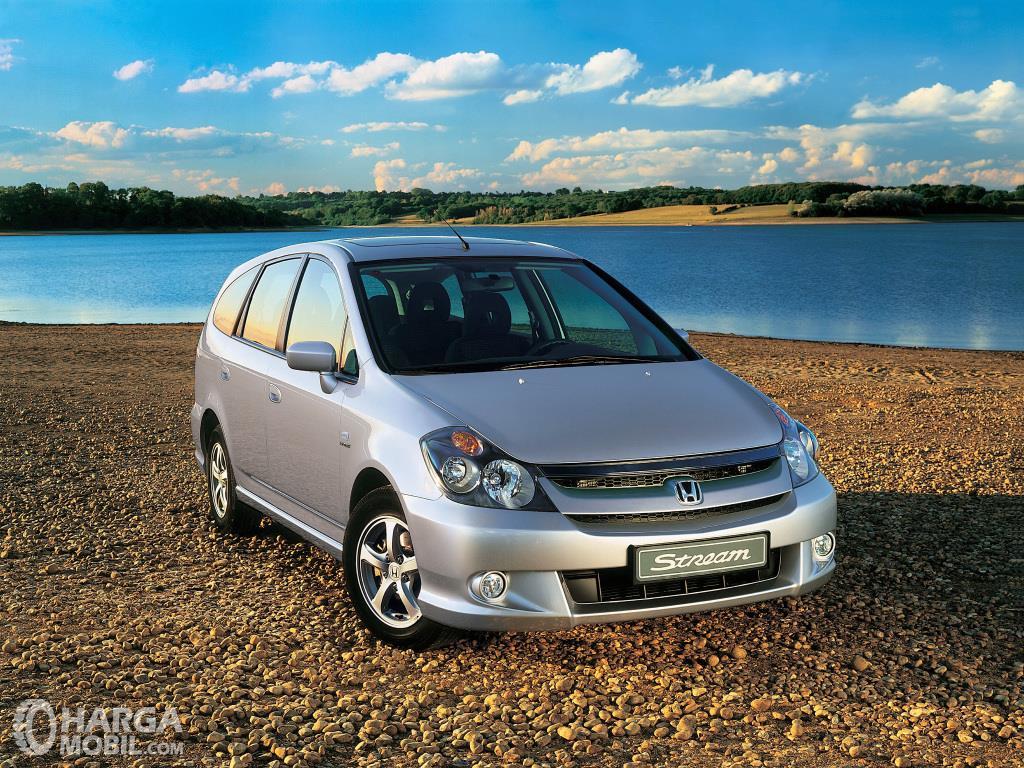 Eksterior depan Honda Stream 2002 dilengkapi lampu HID dan Fog Lamps khususnya pada varian 2.0 Liter