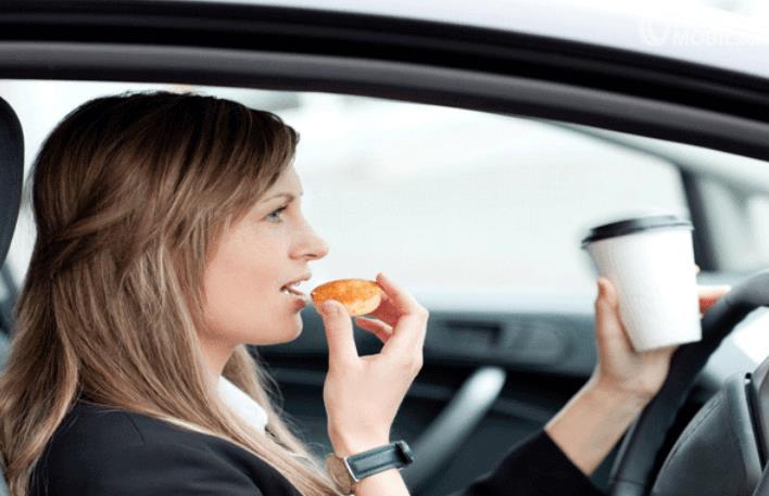 Gambar ini menunjukkan seorang wanita memegang makanan akan dimasukkan ke mulut