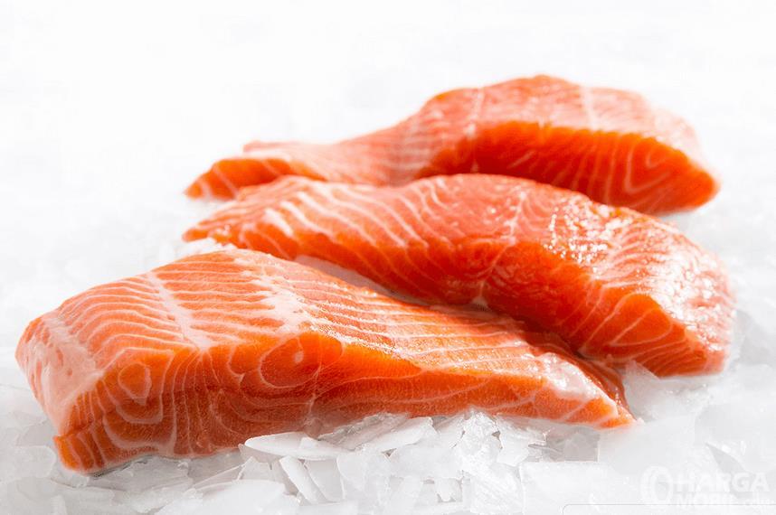 Gambar ini menunjukkan 3 buah irisan salmon dalam kondisi mentah