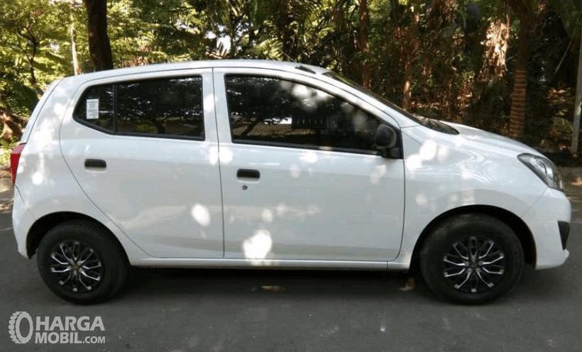 Gambar ini menunjukkan Mobil Daihatsu Ayla 1.0 D M/T 2017 tampak bagian samping