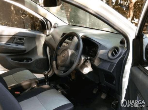 Gambar ini menunjukkan interior depan mobil Daihatsu Ayla 1.0 D M/T 2017