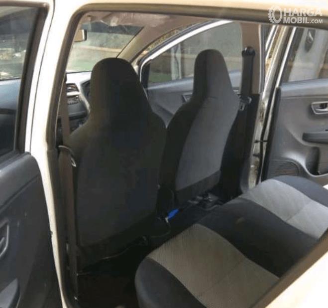 gambar ini menunjukkan kursi baris kedua pada mobil Daihatsu Ayla 1.0 D M/T 2017