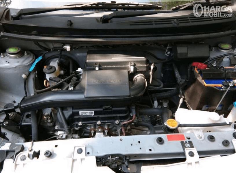 Gambar ini menunjukkan mesin mobil Daihatsu Ayla 1.0 D M/T 2017
