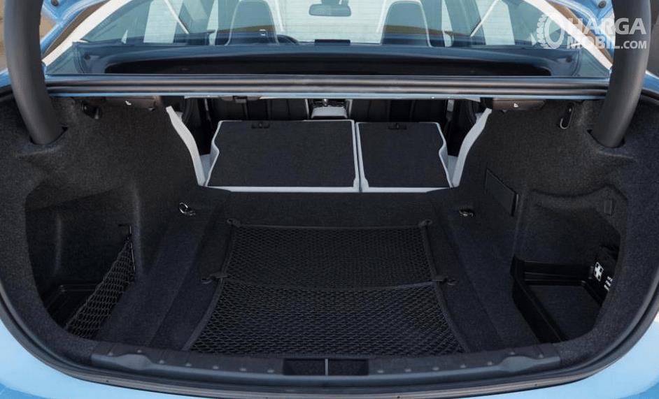 Gambar ini menunjukkan bagasi mobil BMW M3 2017 yang terlihat cukup luas