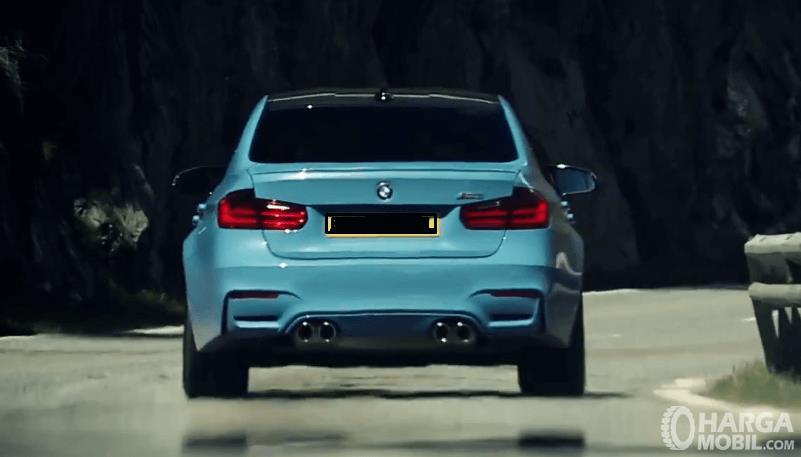 Gambar ini menunjukkan bagian belakang mobil BMW M3 2017 dengan warna bodi biru