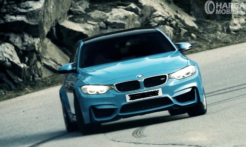 Gambar ini menunjukkan mobil BMW M3 2017 warna biru tampak bagian depan