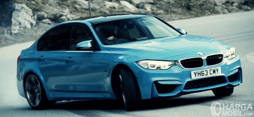 Gambar ini menunjukkan mobil BMW M3 2017 sedang dalam keadaan membelok