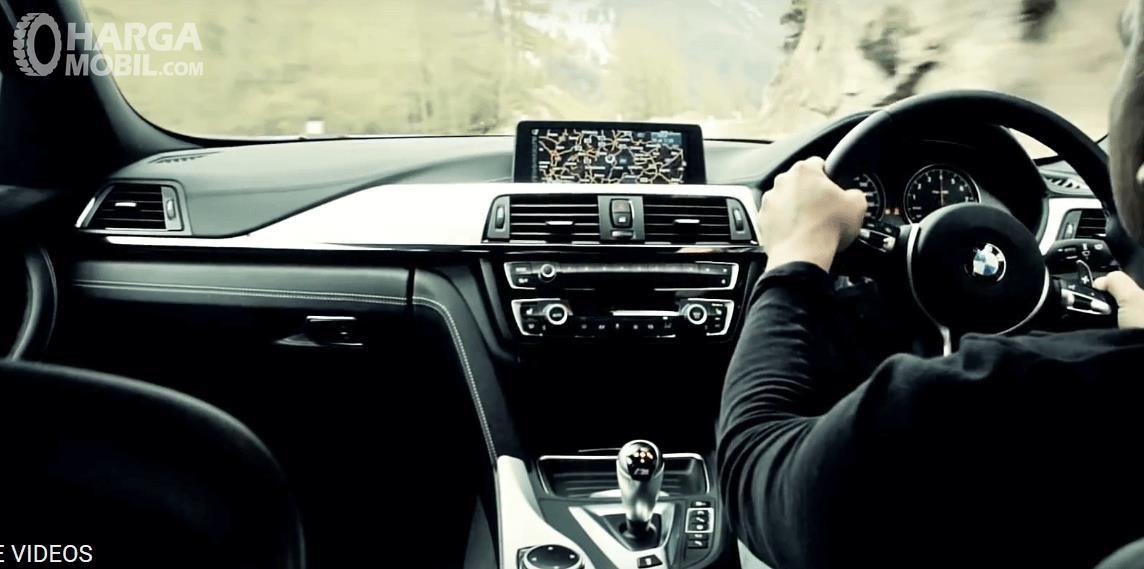 Gambar ini menunjukkan dasboard mobil dan kemudi milik BMW M3 2017