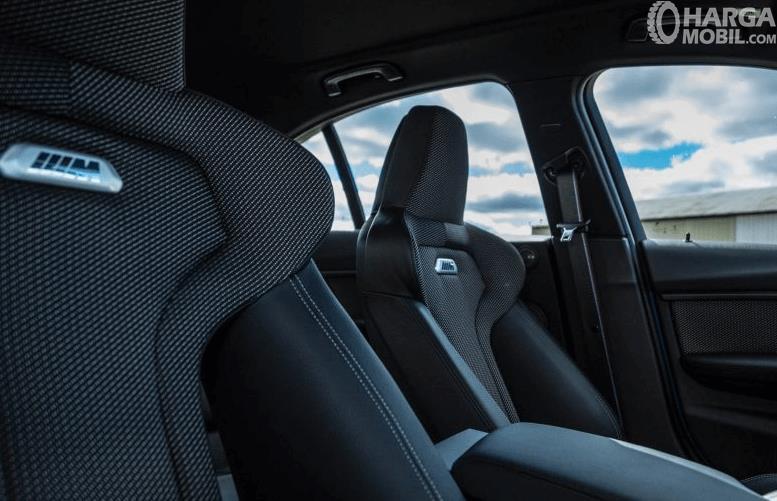 Gambar ini menunjukkan jok mobil BMW M3 2017dengan aksen warna hitam