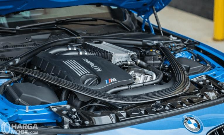 Gambar ini menunjukkan mesin mobil BMW M3 2017 dengan terdapat rulisan MPower di atasnya