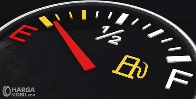 Gambar ini menunjukkan ilustrasi panel indikator bahan bakar pada mobil