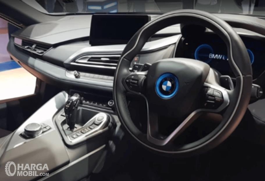 Gambar ini menunjukkan dashboard dan setir milik BMW i8 2016