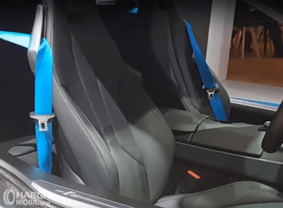 Gambar ini menunjukkan jok mobil milik BMW i8 2016 di bagian depan