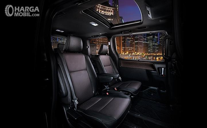 Gambar ini menunjukkan kursi mobil Toyota Voxy dengan atap yang terdapat lubang
