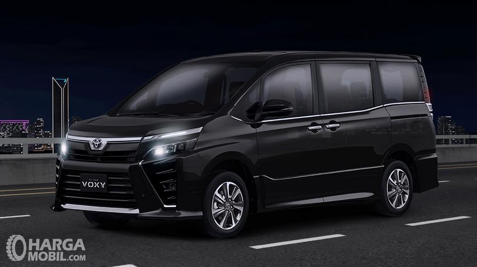 Gambar ini menunjukkan Toyota Voxy warna hitam tampak bagian samping
