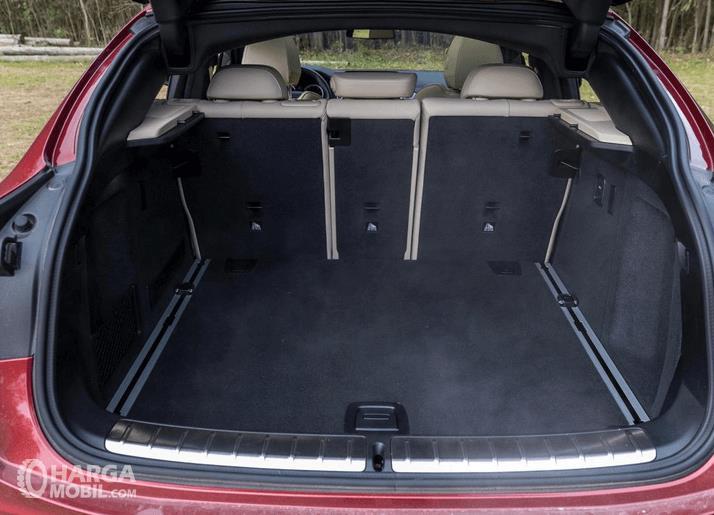 Gambar ini menunjukkan bagasi Mobil BMW X4 M40i 2019 yang cukup luas