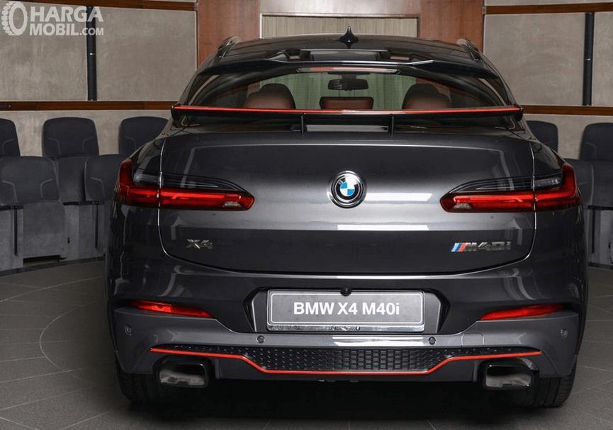 Gambar ini menunjukkan bagian belakang Mobil BMW X4 M40i 2019