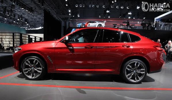 Gambar ini menunjukkan bagian samping Mobil BMW X4 M40i 2019 warna merah