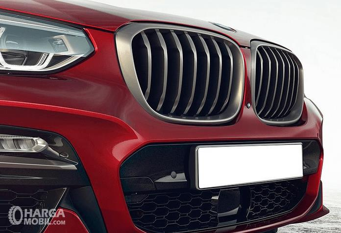 Gambar ini menunjukkan bagian grill Mobil BMW X4 M40i 2019 yang terlihat aerodinamik