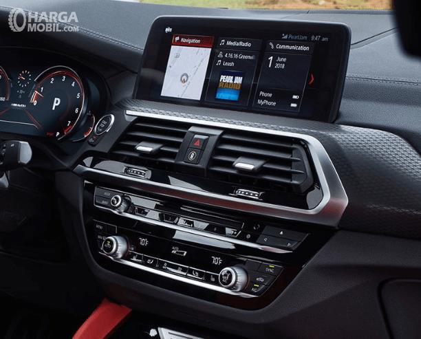 Gambar ini menunjukkan head unit Mobil BMW X4 M40i 2019 dengan layar dan beberapa panel lain