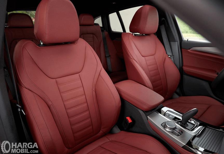 Gambar ini menunjukkan kursi pada Mobil BMW X4 M40i 2019 dengan dibalut warna merah