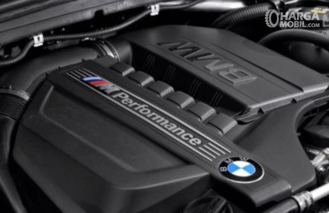 Gambar ini menunjukkan mesin Mobil BMW X4 M40i 2019 dan terdapat tulisan BMW pada bagian atas mesin