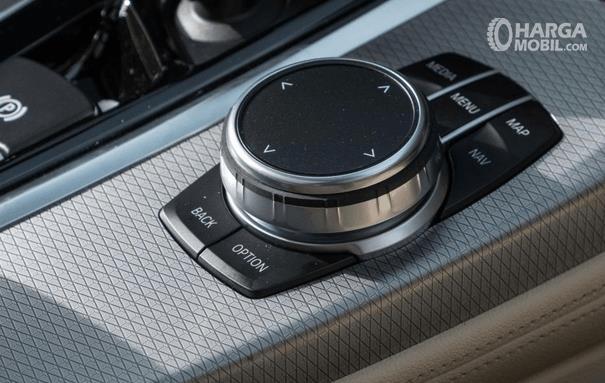 Gambar ini menunjukkan fitur i-Drive pada Mobil BMW X4 M40i 2019