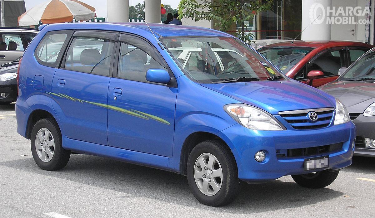 Foto Toyota Avanza generasi pertama tahun 2003 tampak dari samping