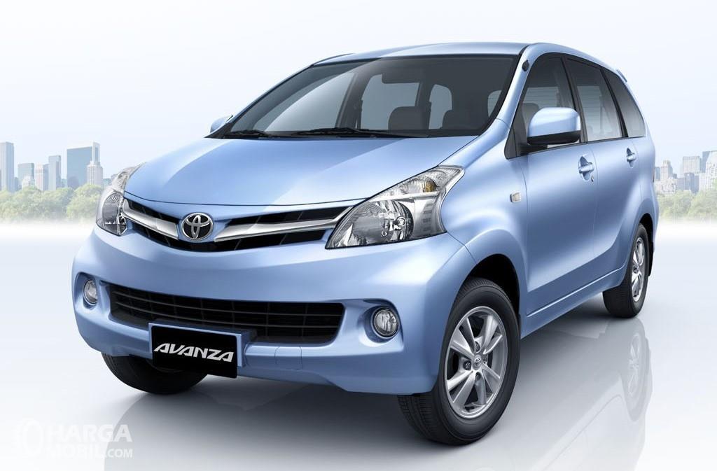 Toyota Avanza generasi kedua tahun 2012 tampak dari depan samping