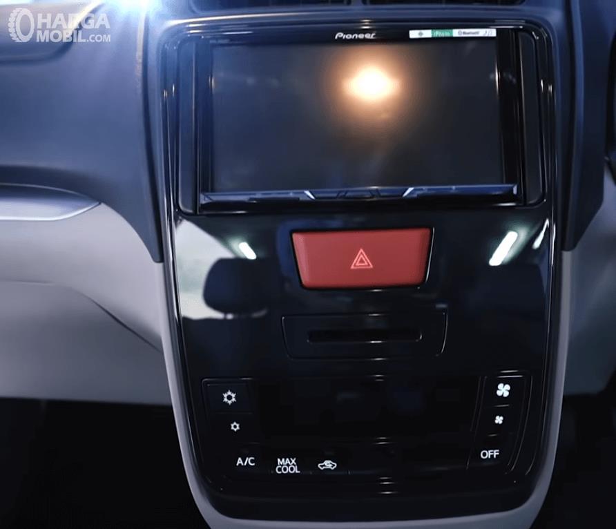 Gambar ini menunjukkan head unit pada mobil Daihatsu Grand New Xenia R 1.5 MT Deluxe 2019